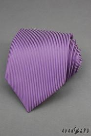 Fialová kravata so zvislými prúžkami