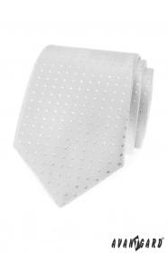 Strieborná kravata sa štvorčeky