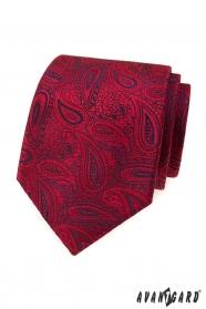 Červená kravata s paisley motívom