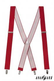 Červené traky s bodkami a kovovými doplnkami