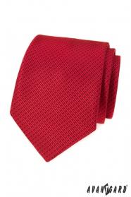 Červená kravata s čiarkovaným vzorom